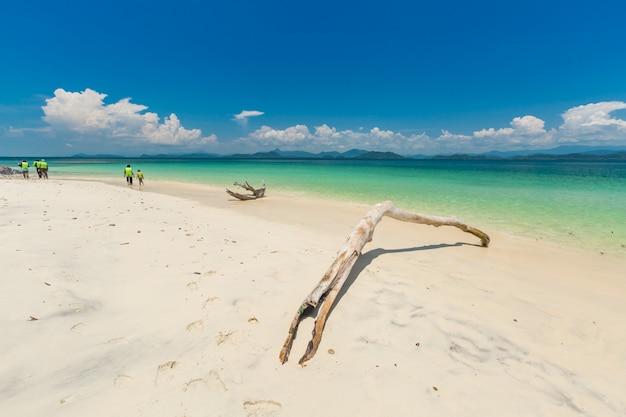 タイのラノーン県の美しい海、カンカオ島(バット島)の白い砂浜とロングテールボート。