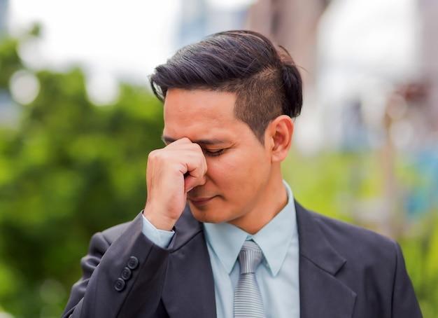 ビジネスの男性は彼の仕事の後疲れているまたは強調しました。重点を置かれた実業家概念のイメージ。