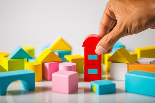 Ручное строительство дома из деревянных блоков