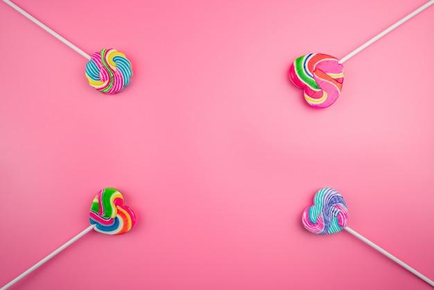 Разноцветные леденцы на розовом фоне