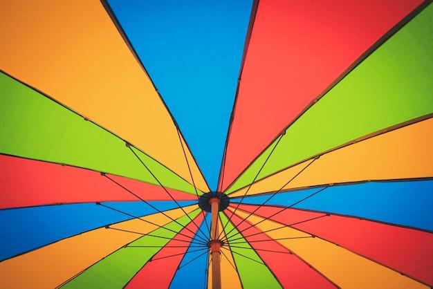 Разноцветные винтажные пляжные зонтики