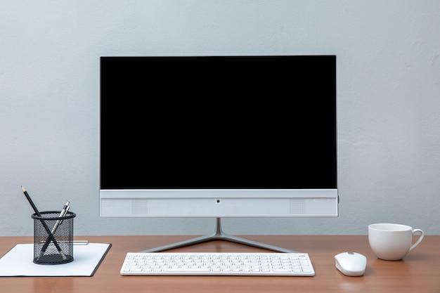 職場の概念ロフトの作業スペースの概念。黒い画面の近代的なデスクトップコンピュータをモックアップ