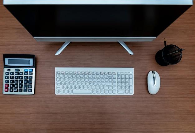 オフィスデスクテーブルデスクトップコンピュータ、コピースペースのあるトップビュー