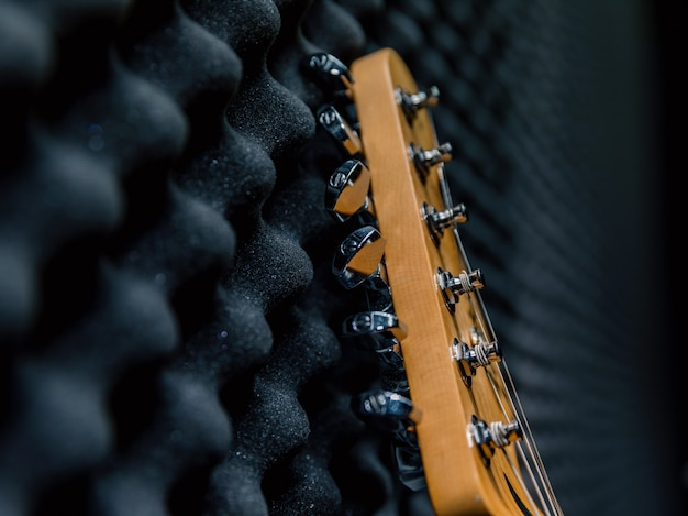 壁にエレキギター、リハーサルルーム、黒い音楽