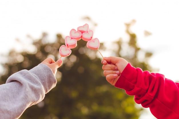 赤ちゃんの手はキャンディーを握る