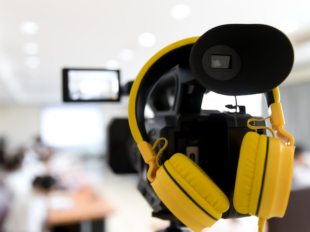 Видеокамера в бизнес конференц-зале записи участников и наушников