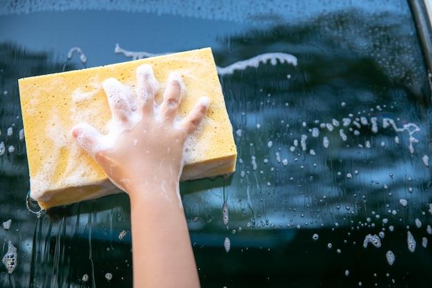 女の子は洗車用スポンジを使用