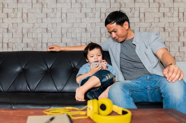 父と息子がソファーに座っていた