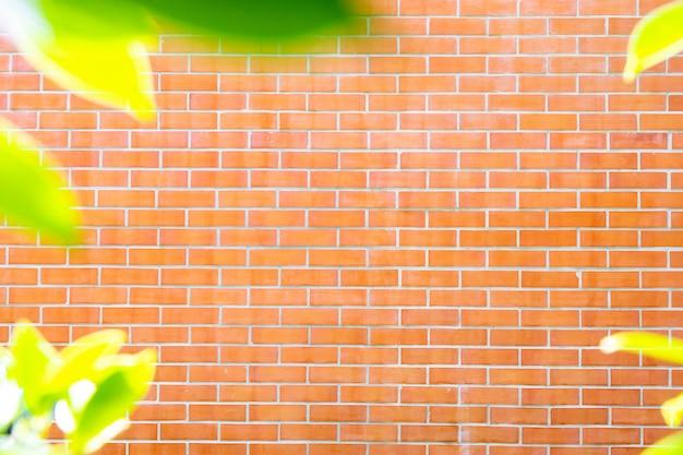 Красные кирпичные стены с зелеными краями листьев