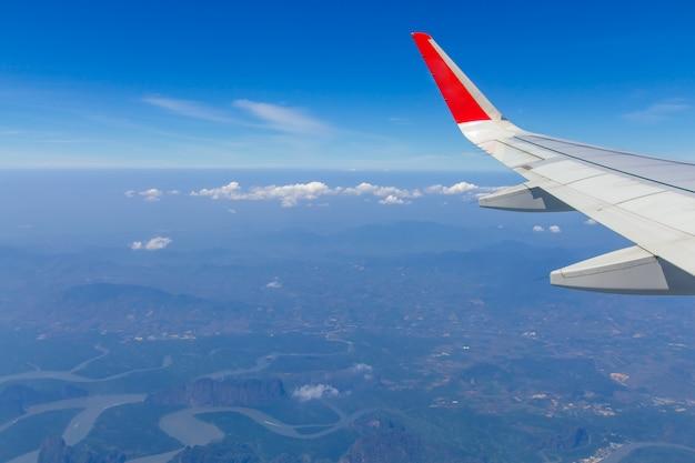 Небесные крылья и белые облака, летящие над пхукетом, таиланд