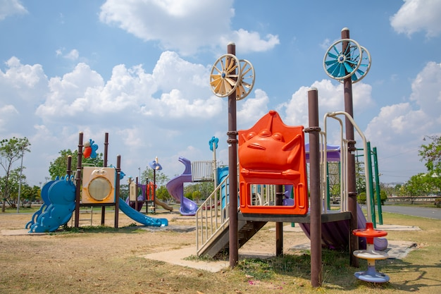 Красочная детская площадка на дворе в парке