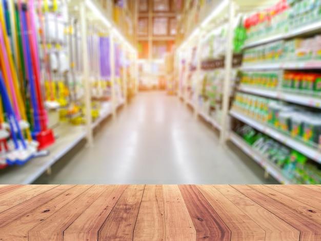 スーパーマーケットの棚の上の空の木製テーブルトップ