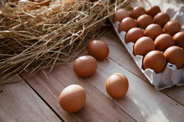木の床に置かれた紙箱の卵