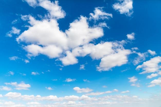 白い雲と真っ青な空