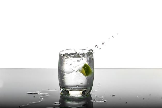 Лимон, падающий в стакан, лимонный шпат в стекле