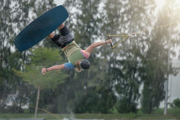 若い男はウェイクボード中に飛びます。スポーツのための極限スポーツ。