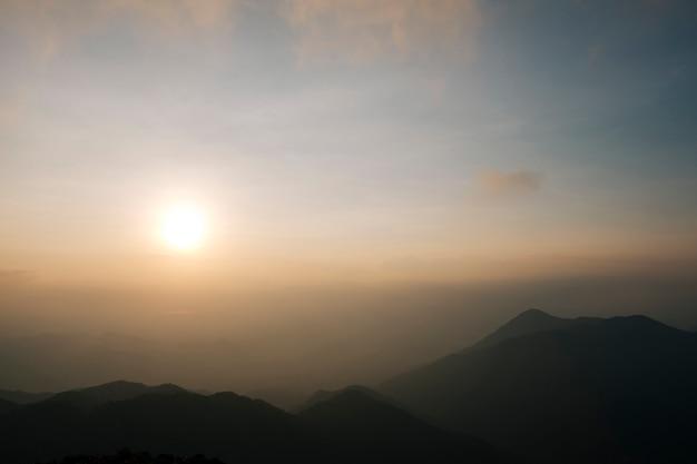 軽い朝の霧、日の出、そして壮観な山脈が交互に並んでいます。