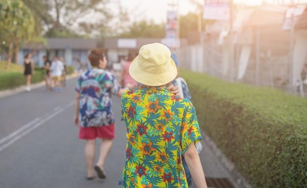 美しい女の子が運動を歩いている