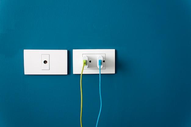 壁にスマートフォン用のバッテリーを充電する