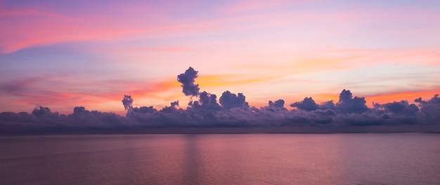 Панорамный вид на фоне восхода неба.
