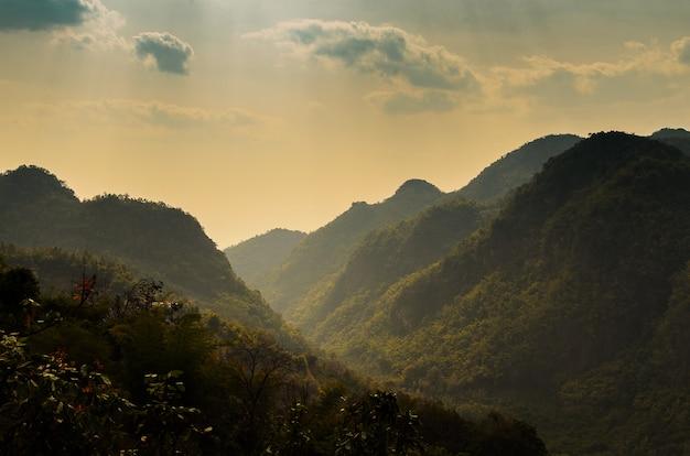 チェンマイ地区の山と空の曇った風景
