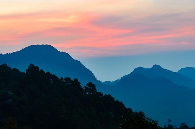 チェンマイ地区タイの山と空の曇りの風景。
