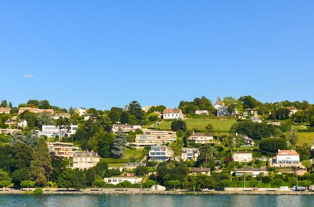 スイスの山のある村。