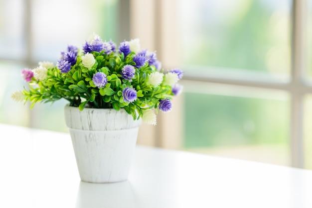 朝の窓付きの花。