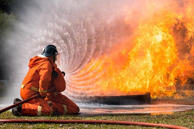 Пожарный брызг воды в пожарный гидрант
