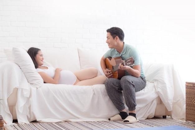 Беременная жена и ее муж