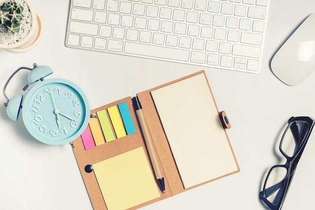 それの多くのものと白いオフィスデスクテーブル