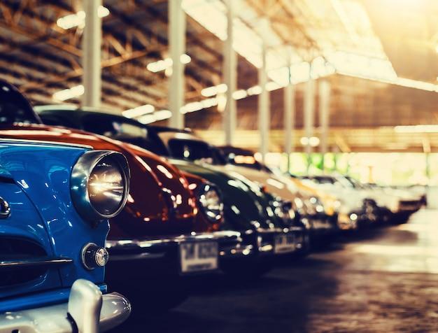 カラフルなビンテージレトロなエフェクトスタイルの写真が付いている古典的な古い車。