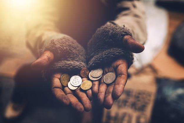 Бездомный нищий по концепции бриджэн