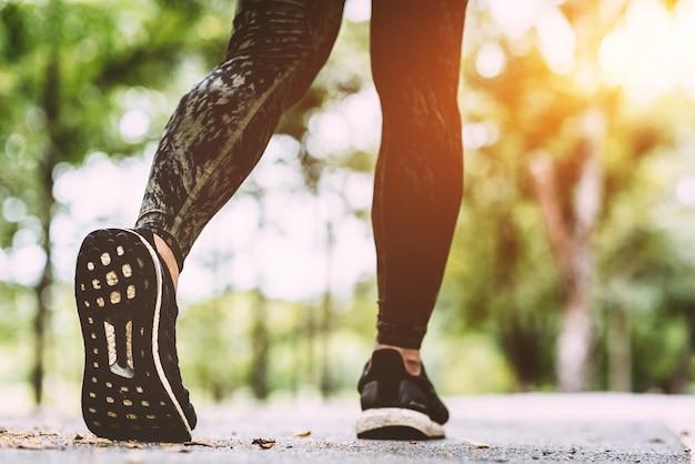 運動中に若い女性が足首を負傷し、スポーツ運動傷害の概念。