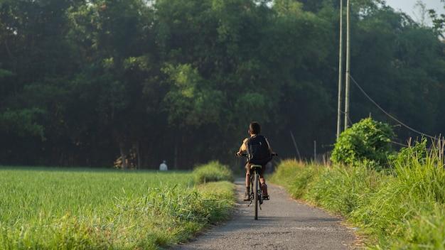 少年は自転車で学校に行く
