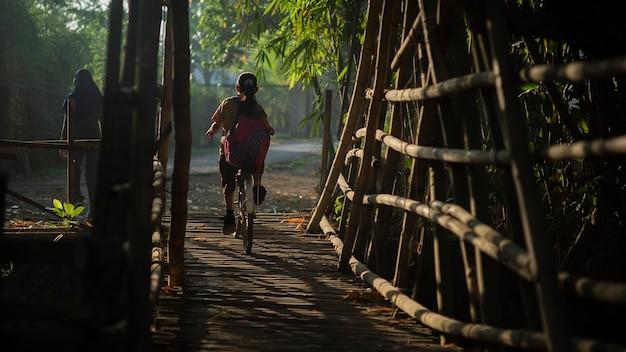 公園を渡って自転車で少年