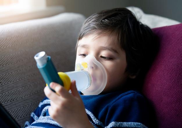 吸入器マスクを持つ子供