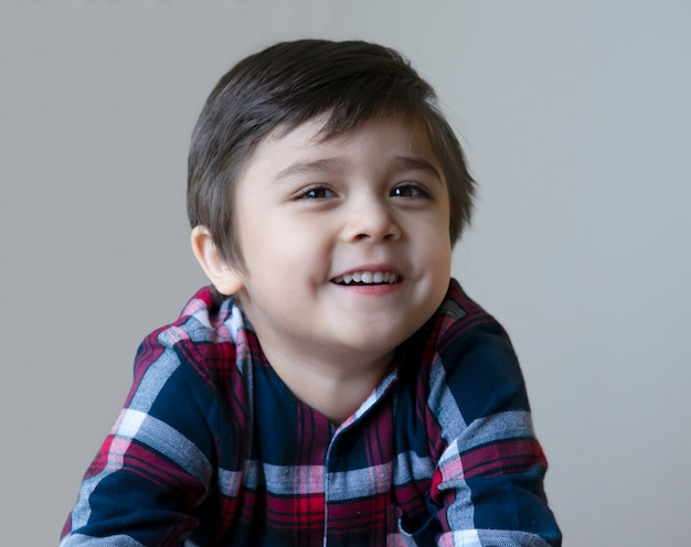 笑っているハンサムな幸せな少年の肖像画