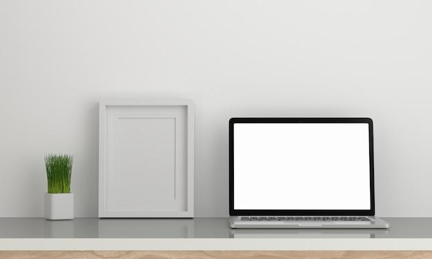 額縁と装飾の木製テーブルの上のコンピューターのラップトップ。