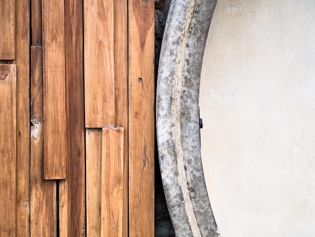 古いパネルの板材の残骸は、湾曲したコンクリートの壁の近くに、壁にすること