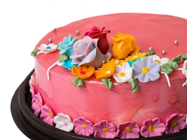白い背景の上のアイシングフルーツとクローズアップ写真ケーキイチゴジャムの装飾