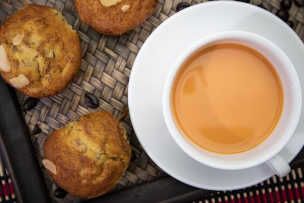 Вид сверху на кекс и место для горячего чая на столе и место для текста