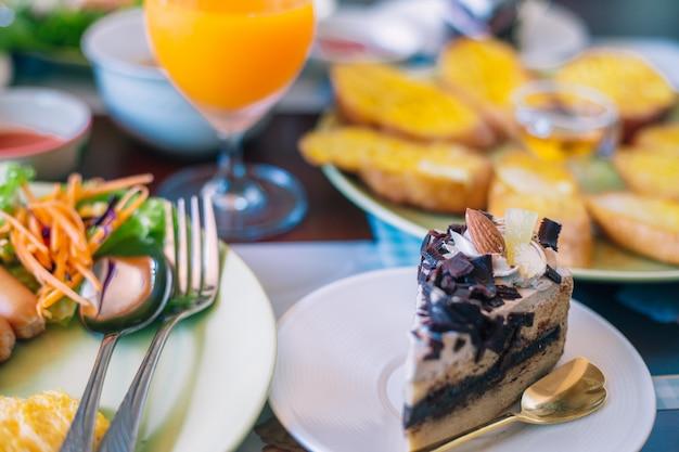 朝食時にテーブルの上のケーキ朝食時にテーブルの上のケーキ
