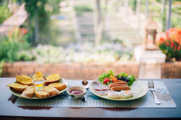 テーブルの上のおいしい朝食