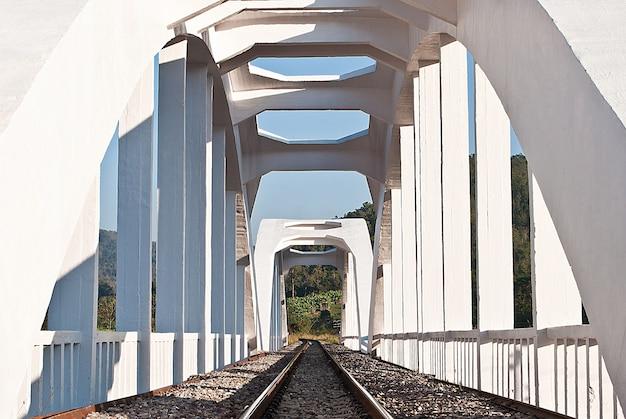 白い電車の橋、タイ北部の構造