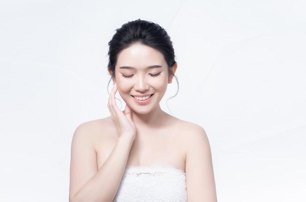 美しさの女性アジアと白い肌の魅力を持って
