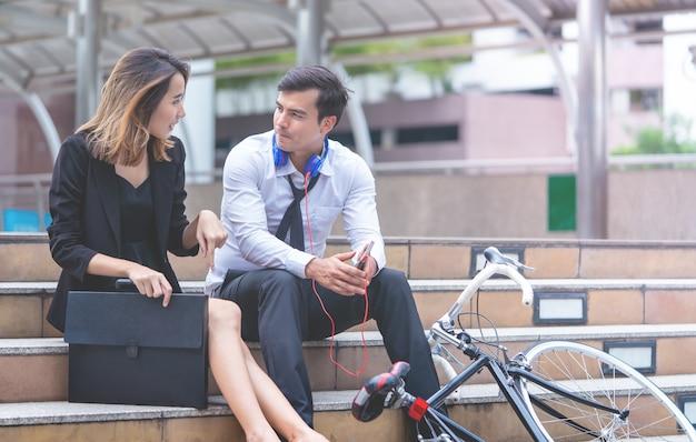 ビジネスマン、オフィス、女、屋外で話す
