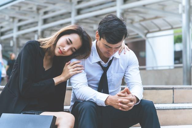 ガールフレンドは容赦なく屋外の怒っているボーイフレンドを抱きしめている