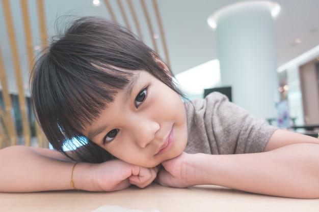 カフェに座っている少女の肖像画
