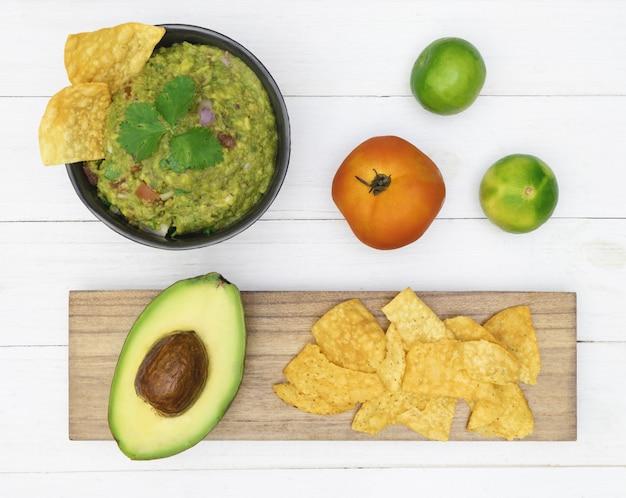 グアカモーレアボカドチップスメキシコ料理のフラットレイのトップビュー
